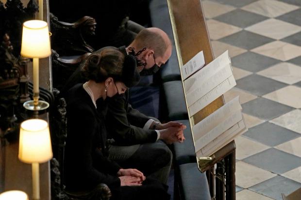 Hoàng tử William và vợ Kate ngồi cạnh nhau trong đám tang Hoàng thân Philip.