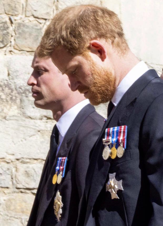 Hai anh em William và Harry đi cạnh nhau khi rời nhà nguyện.