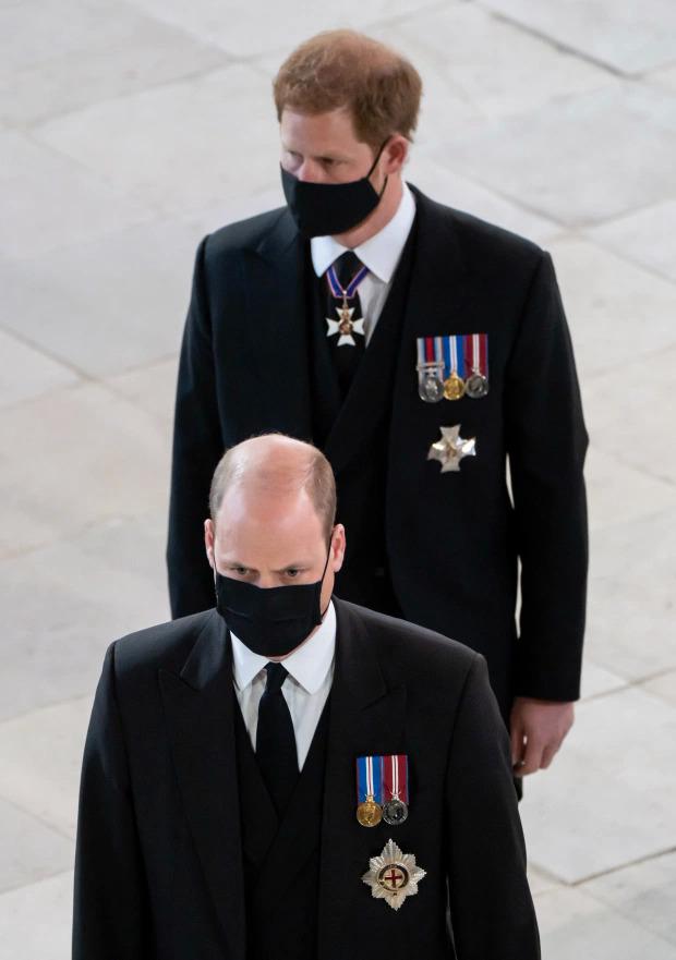 Harry đứng sau William khi linh cữu đưa đến nhà nguyện.