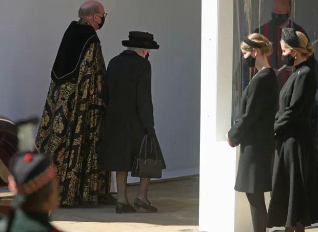 Nữ hoàng được cho mang theo hai kỉ vật với chồng trong đám tang Hoàng thân Philip.
