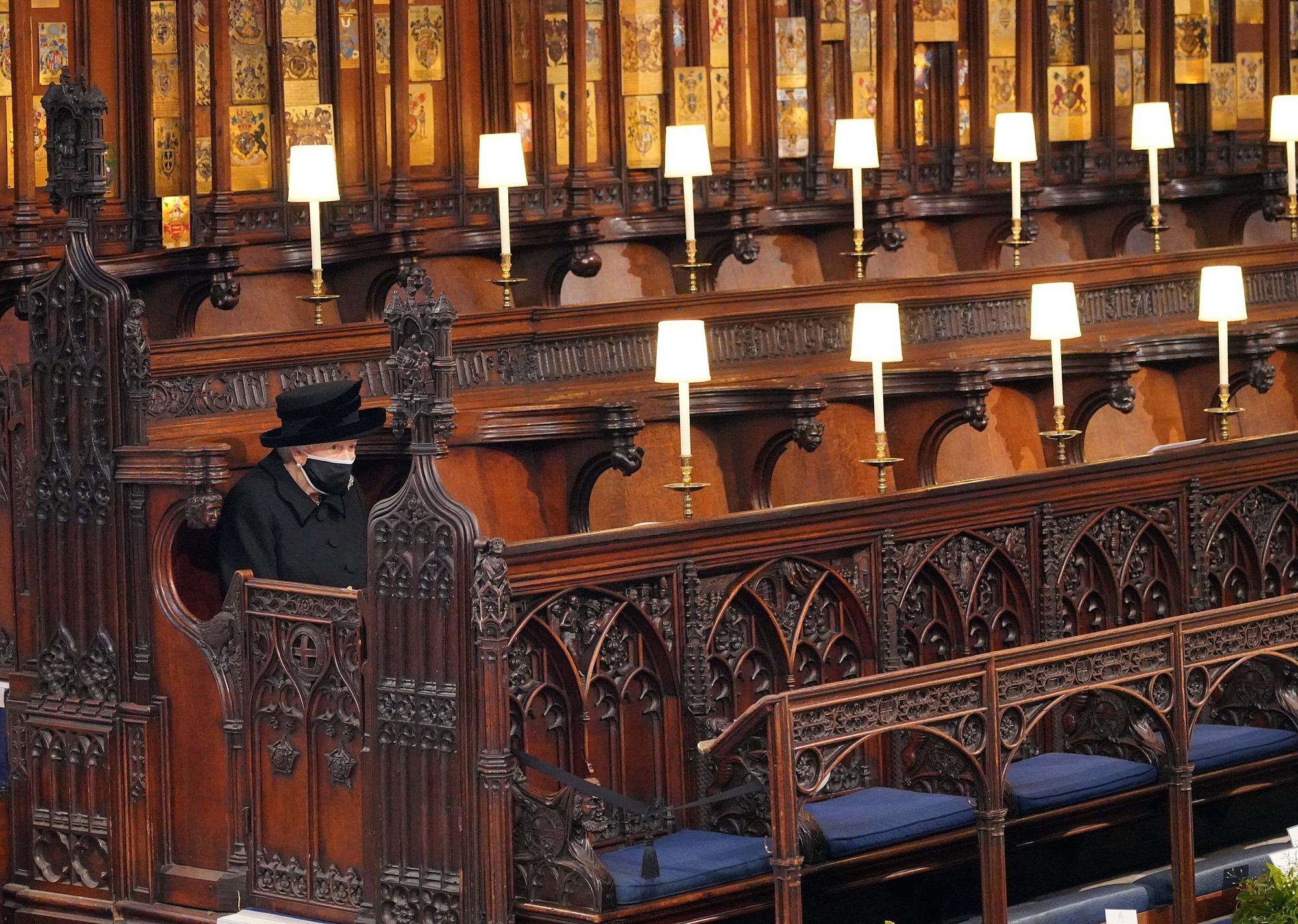 Nữ hoàng Elizabeth II ngồi dự lễ tang của Hoàng thân Philip.