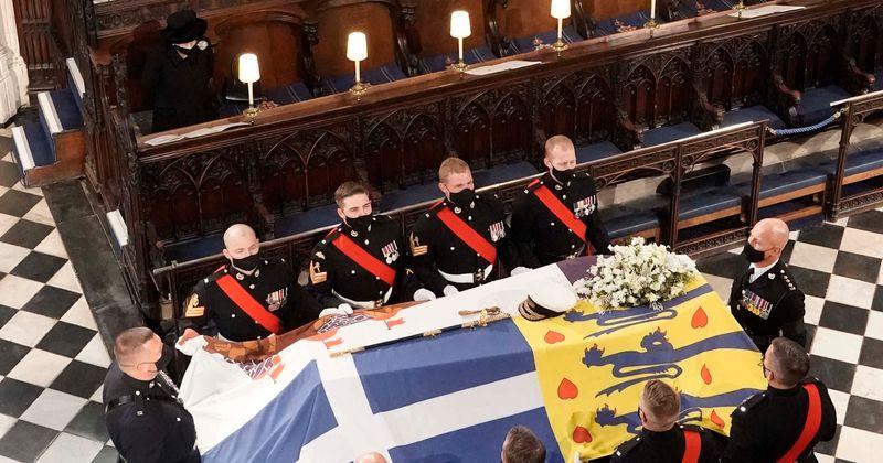 Nữ hoàng ngồi trong nhà nguyện St George, trong lúc đội bê quan tài của Hoàng thân Philip.
