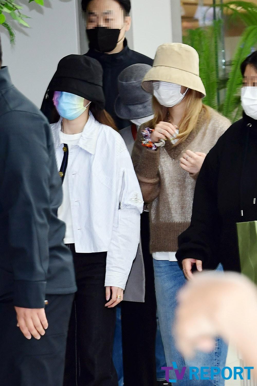 Twice ra sân bay: Sana và Na Yeon gây lú vì không biết ai là ai - 6