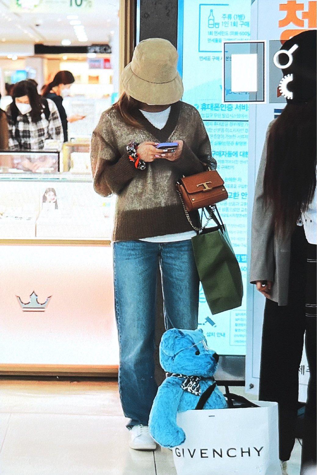 Twice ra sân bay: Sana và Na Yeon gây lú vì không biết ai là ai