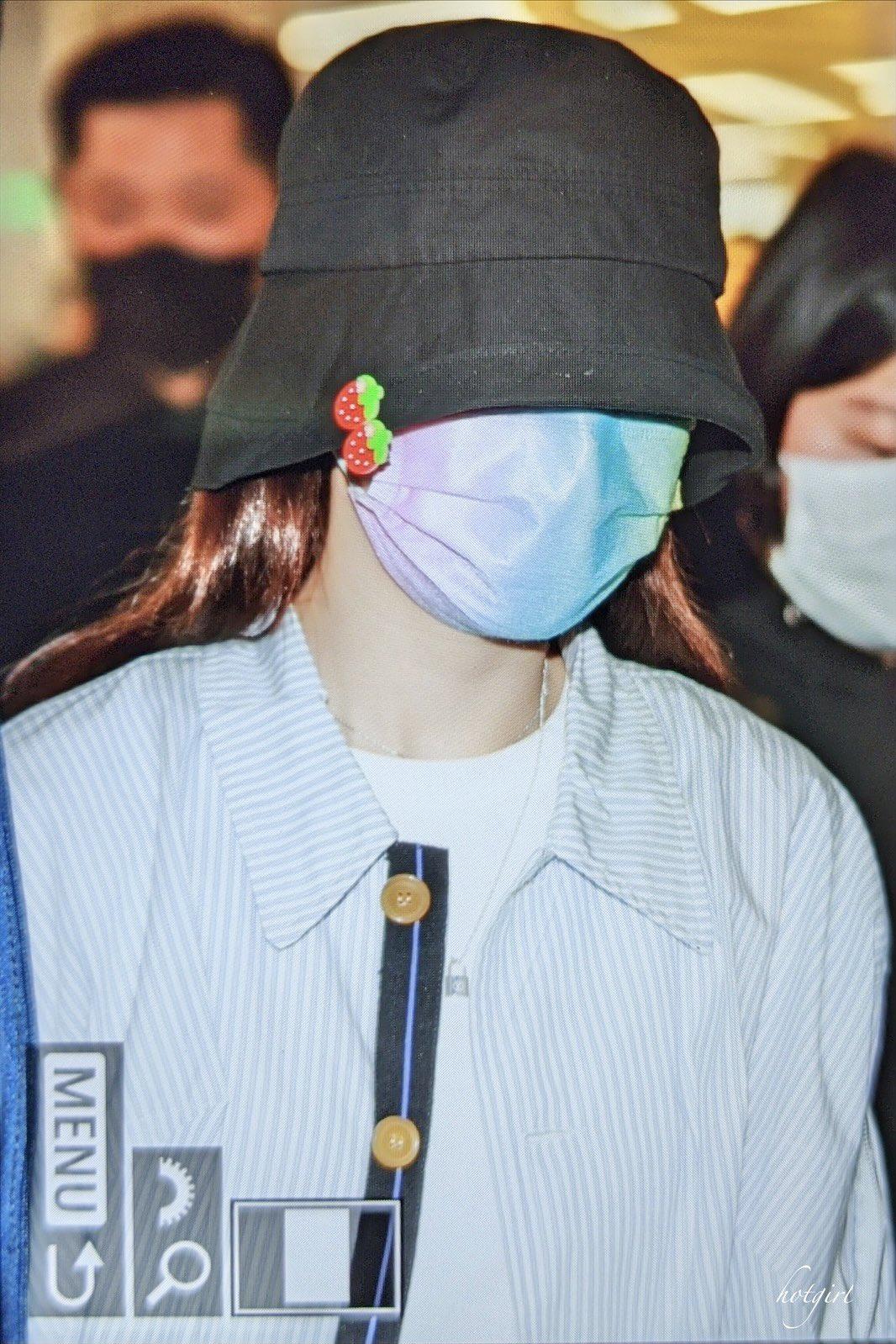 Chiếc khẩu trang cầu vồng hiệu PopMe cùng những chiếc sticker dâu tây đáng yêu cài trên mũ giúp vẻ ngoài của Na Yeon có điểm nhấn dù cô không hề lộ mặt.
