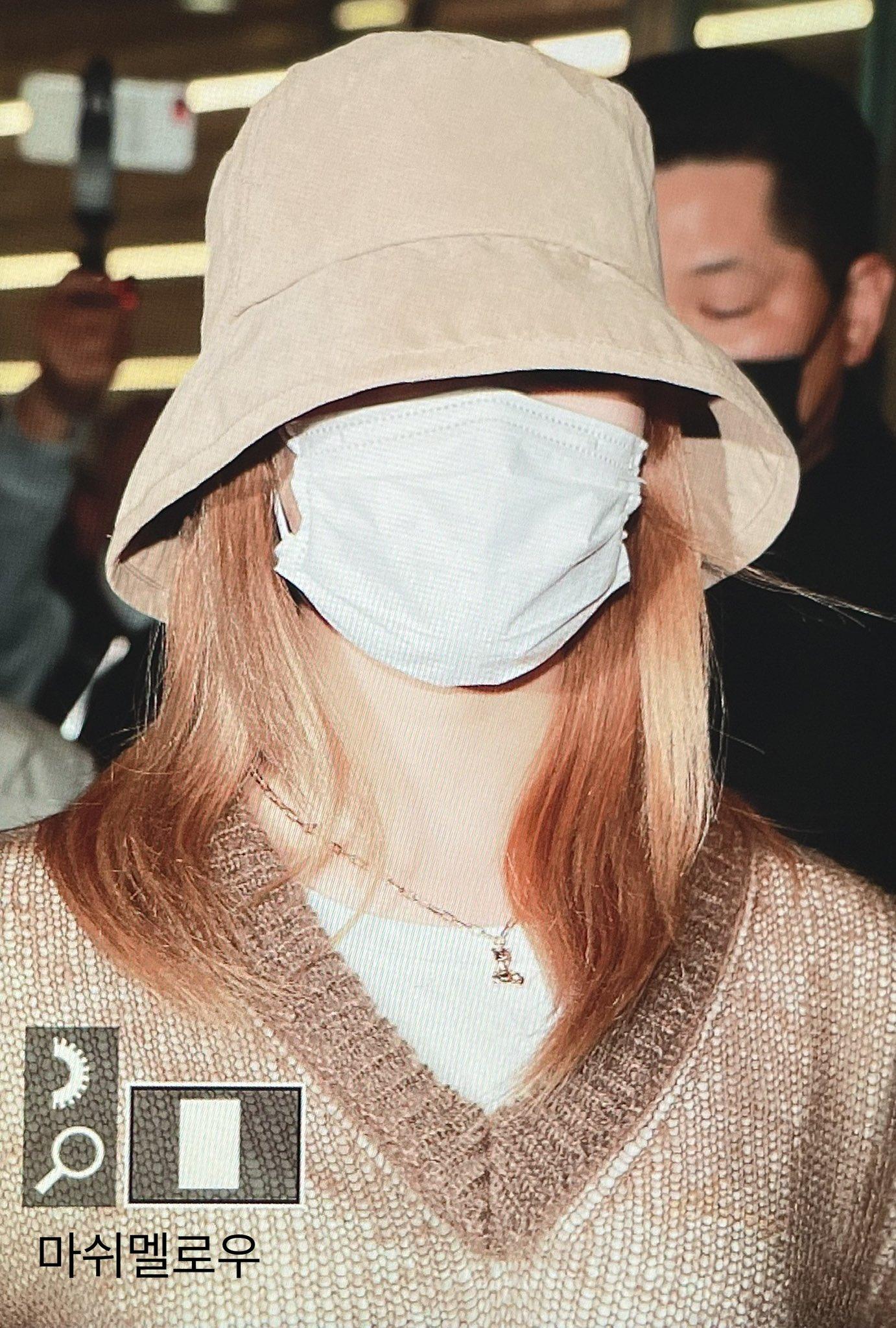 Twice ra sân bay: Sana và Na Yeon gây lú vì không biết ai là ai - 1