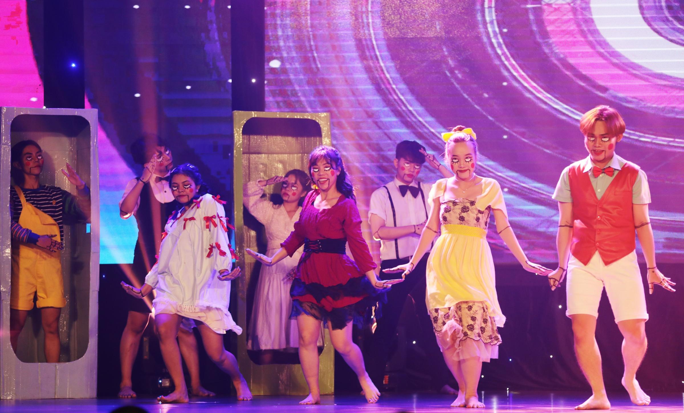 MAX Crew (Đại học Sài Gòn) được giám khảo nhận xét sáng tạo ở tiết mục Doll House, khi mang đến loạt đạo cụ là những hộp đựng búp bê. Dựa trên nền nhạc, vũ đạo của ba ca khúc nổi tiếng Hàn Quốc gồm: Roller coaster (ca sĩ Chungha), Alone (nhóm Sistar) và You drive me crazy - hit một thời của nhóm T-ara, MAX Crew biến tấu theo phong cách sôi động và mang hơi hướng ma mị.  Nhóm chăm chút kỹ từ trang phục đến make-up, kết hợp cùng hiệu ứng âm thanh, ánh sáng. Diễn xuất và biểu cảm của nhân vật nam chính trong tiết mục cũng khiến khán giả bất ngờ.