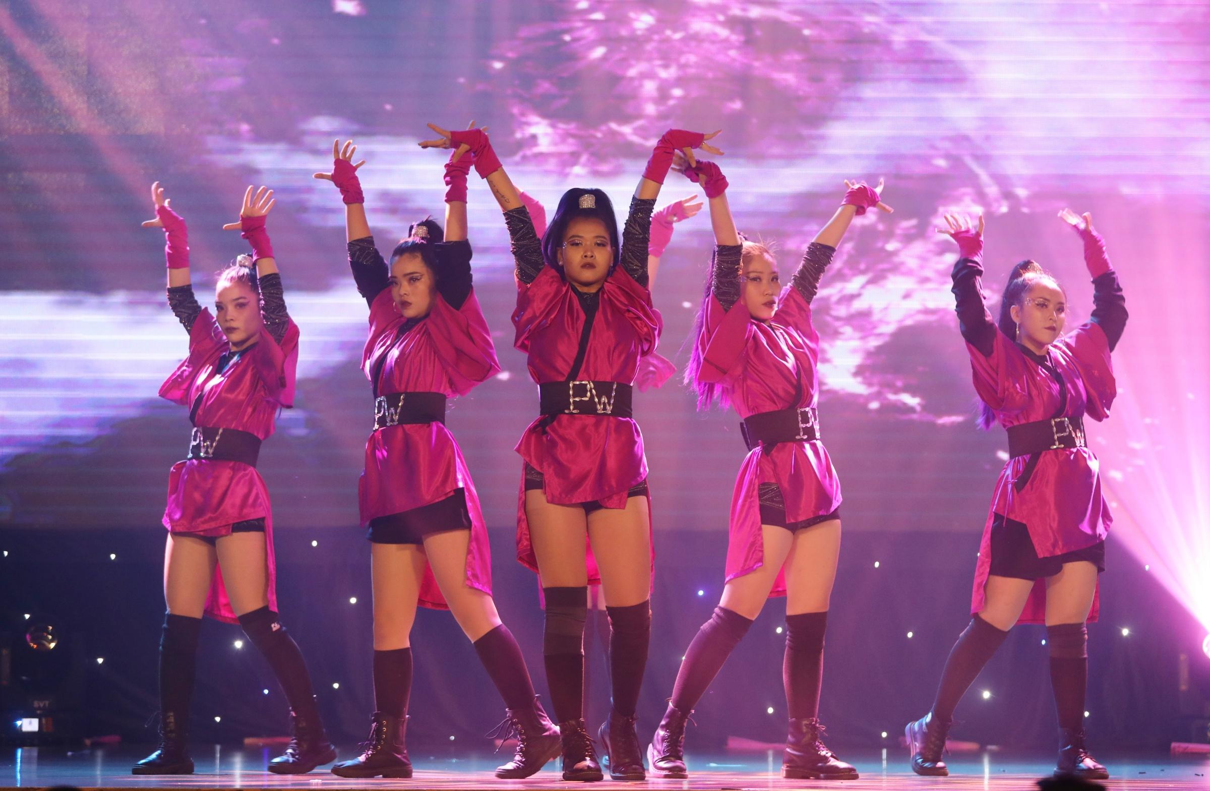 Pwithsion (Đại học Nam Cần Thơ) là đội cuối cùng vào top 5. Họ thể hiện những điệu nhảy nhanh, mạnh, dứt khoát và màn nhào lộn trong tiết mục Blackpink in the show. Họ yêu mến Blackpink và thường cover vũ đạo của thần tượng mỗi khi nhóm ra ca khúc mới. Trang phục màu đen - hồng và chiếc quạt giúp phần trình diễn thêm đặc biệt.