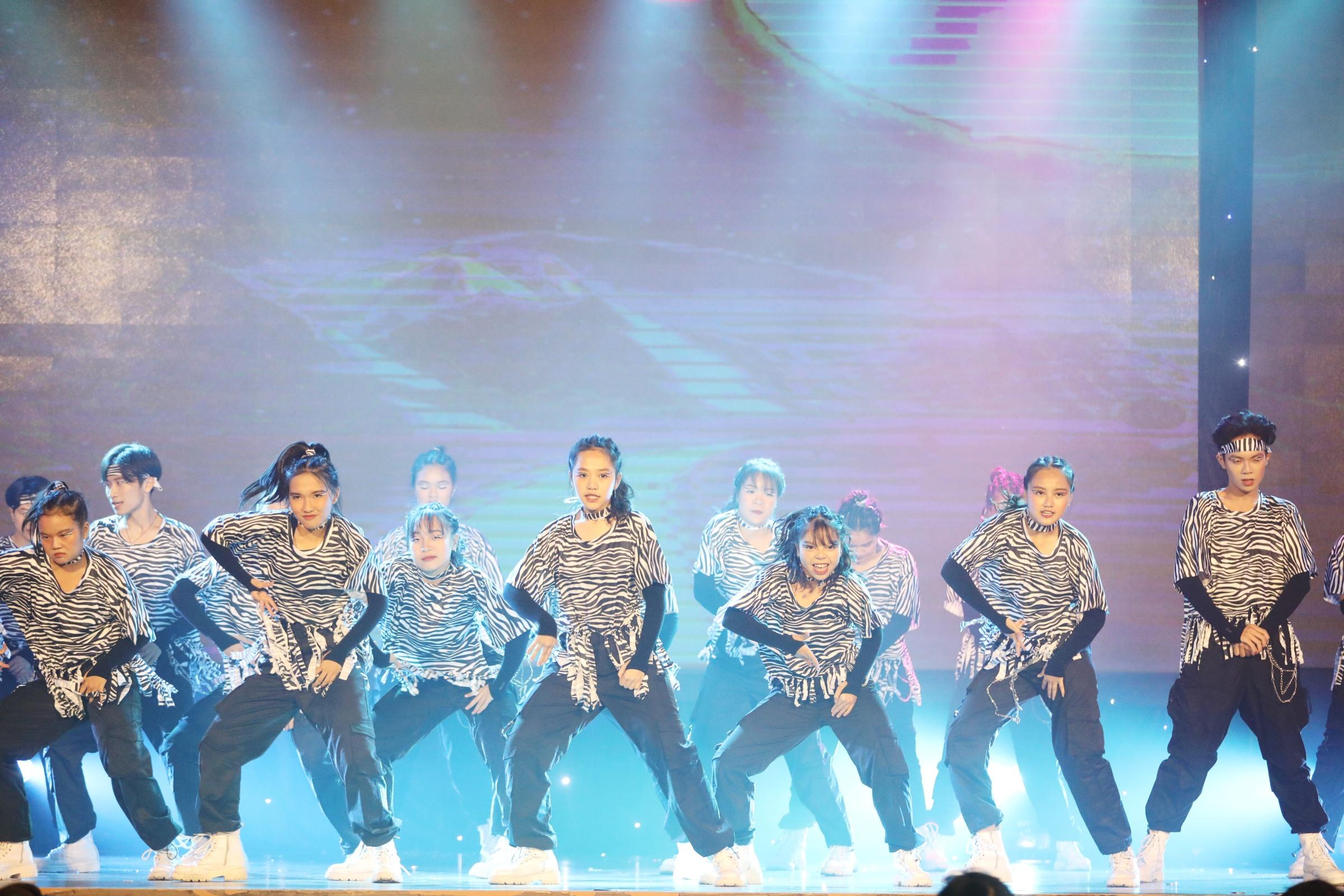 The Outside (THPT Lê Quý Đôn, TP HCM) - một trong hai đội trẻ nhất cuộc thi năm nay - là đội thứ 4 vào Chung kết toàn quốc. Nhóm trình diễn bản mashup Nunu nana (ca sĩ Jessi, Hàn Quốc) với Mother Africa (TroyBoi, Anh). Thay vì dùng toàn bộ nhạc nền và vũ đạo K-pop, các thành viên sáng tạo khi kết hợp nhạc Hàn với nhạc Anh, điểm chung là sôi động và tràn đầy năng lượng.