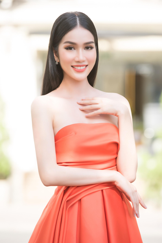 cô từng gây chú ý khi tham gia buổi giao lưu trực tuyến cùng ông Stephan Diaz - Giám đốc truyền thông của Miss International. Suốt 25 phút trò chuyện, cô tự tin trả lời các câu hỏi, thể hiện khả năng giao tiếp bằng tiếng Anh lưu loát. Người đẹp đang học thêm tiếng Nhật để chuẩn bị cho cuộc thi.