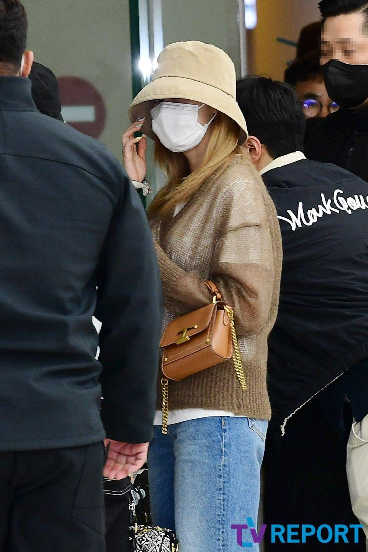 Twice ra sân bay: Sana và Na Yeon gây lú vì không biết ai là ai - 2