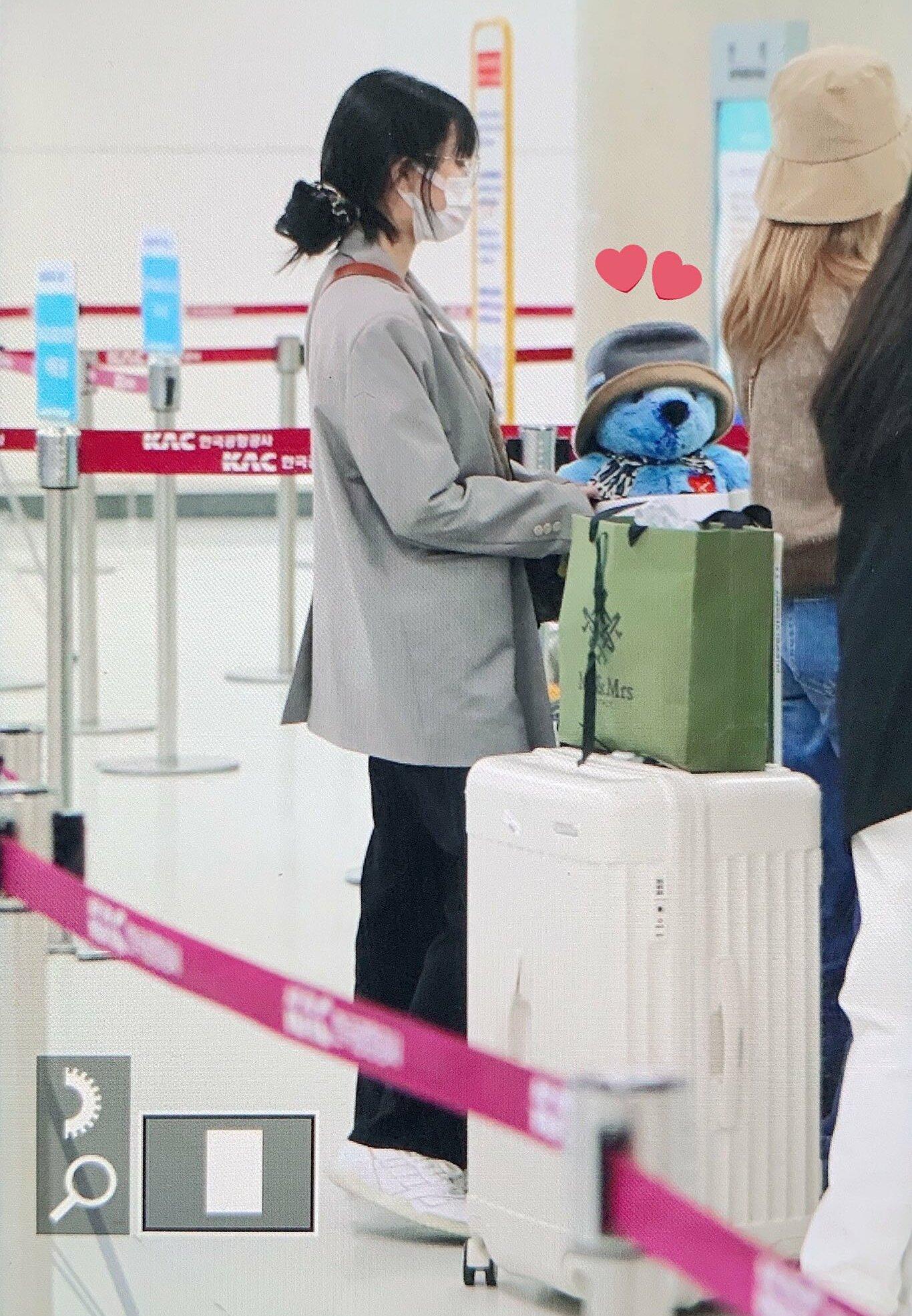Twice ra sân bay: Sana và Na Yeon gây lú vì không biết ai là ai - 7