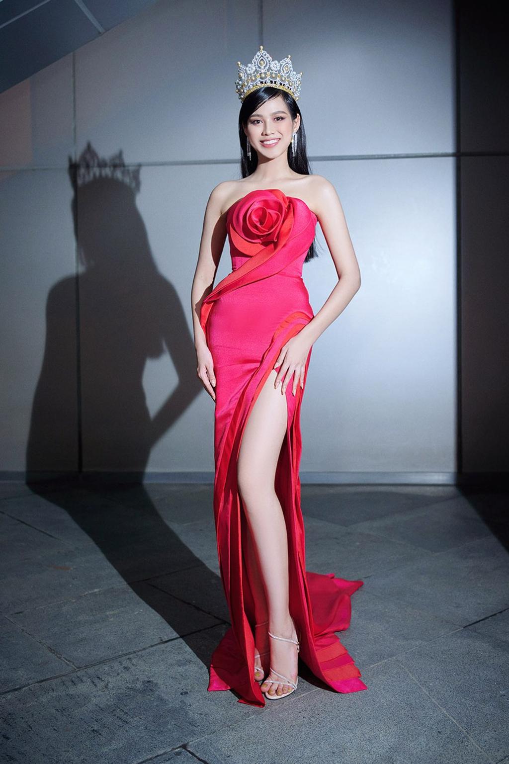 Hoa hậu Việt Nam 2020 Đỗ Thị Hà sẽ lên đường sang Puerto Rico để dự thi Miss World vào tháng 12. Đại diện Việt Nam sinh năm 2001 tại Thanh Hóa. Cô sở hữu chiều cao 1m75 và số đo ba vòng 80-60-90, đặc biệt là đôi chân 1m1