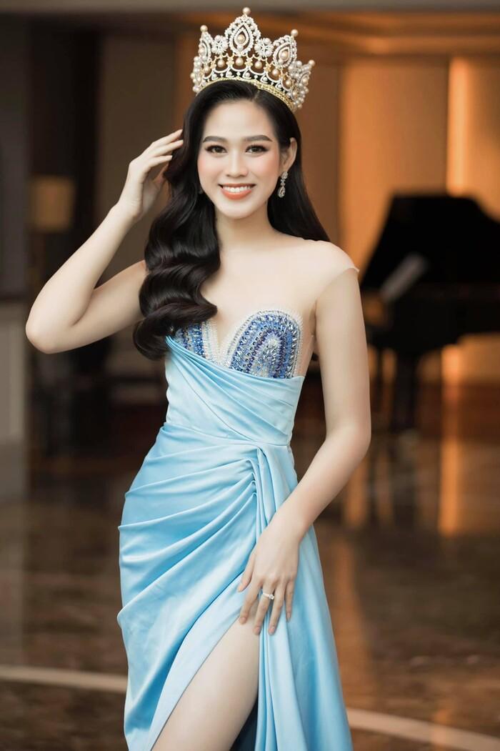Hoa hậu Việt Nam 2020 Đỗ Thị Hà sẽ lên đường sang Puerto Rico để dự thi Miss World vào tháng 12. Đỗ Thị Hà sinh năm 2001 tại Thanh Hóa, cô sở hữu chiều cao 1m75 và số đo ba vòng 80-60-90, đặc biệt là đôi chân 1m1