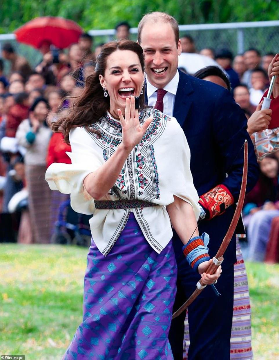 Cặp đôi cười vui vẻ trong sự kiện bắn cung ở Bhutan năm 2016.