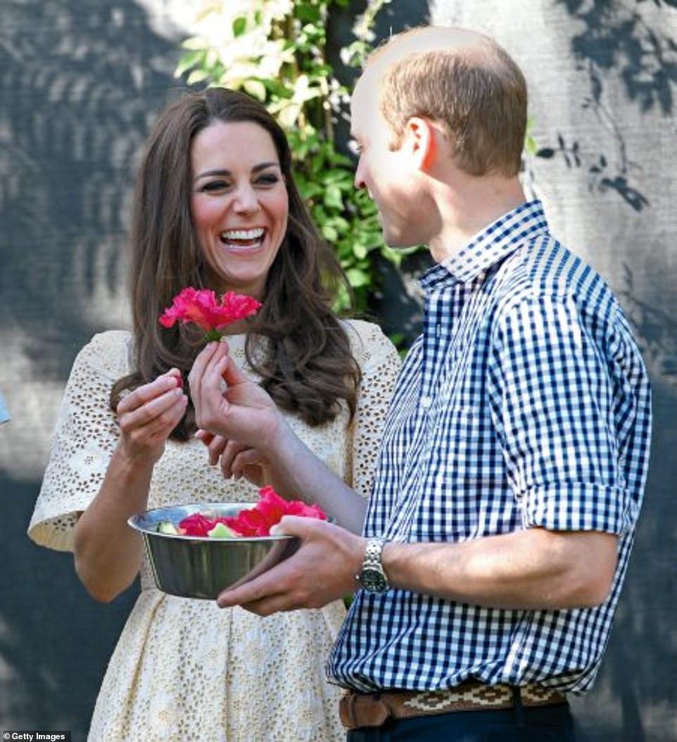 Kate cười khi William bất ngờ tặng vợ một bông hoa khi họ đến thăm vườn thú ở Sydney trong chuyến công du đến Ausralia và New Zealand năm 2014.
