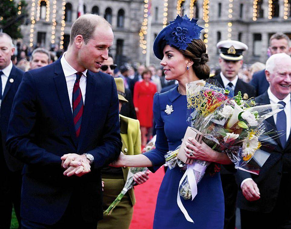 Hoàng tử William và Kate Middleton hẹn hò từ khi học chung đại học St Andrew ở Scotland. Như bao cặp đôi khác, chuyện tình của họ cũng có thời điểm gặp trắc trở, khiến cả hai quyết định chia tay, nhưng rồi vẫn quyết định dành quãng đời còn lại cho nhau.