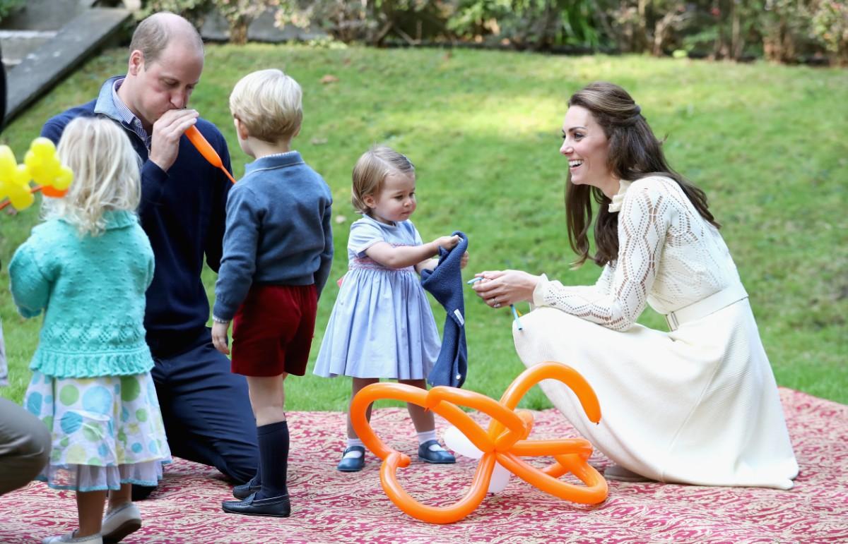 Cặp đôi cùng nhau làm nhiệm vụ Hoàng gia.