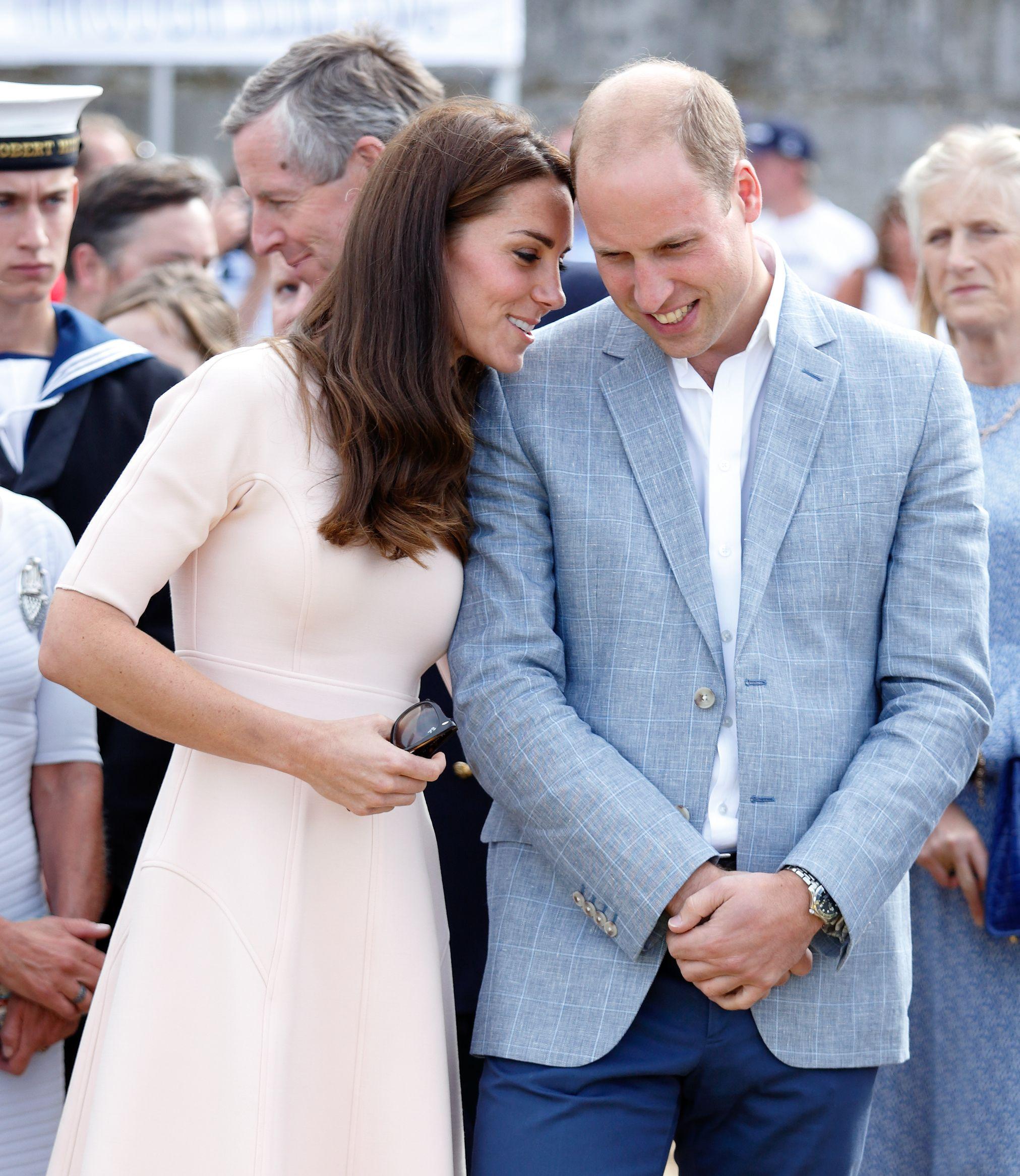Một khoảnh khắc cực ngọt ngào của cặp đôi trong chuyến thăm Cornwall vào năm 2016.