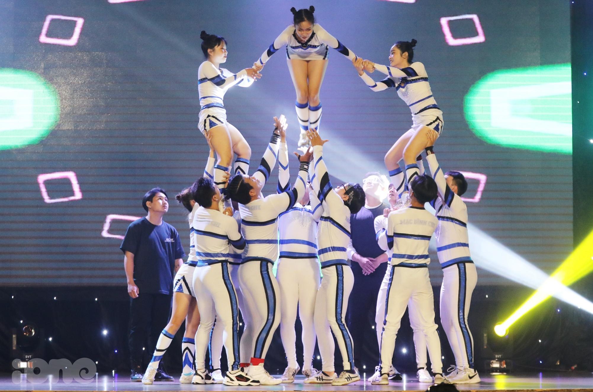 Màn trình diễn mở màn 12 khách mời thuộc nhóm nhảy ACES Cheerleading Team tạo sức nóng cho đêm bán kết Dance For Youth phía Nam. Trên nền nhạc sôi động, tiết tấu nhanh, các thành viên thực hiện nhiều động tác khó, lộn nhào và tung hứng mạo hiểm.