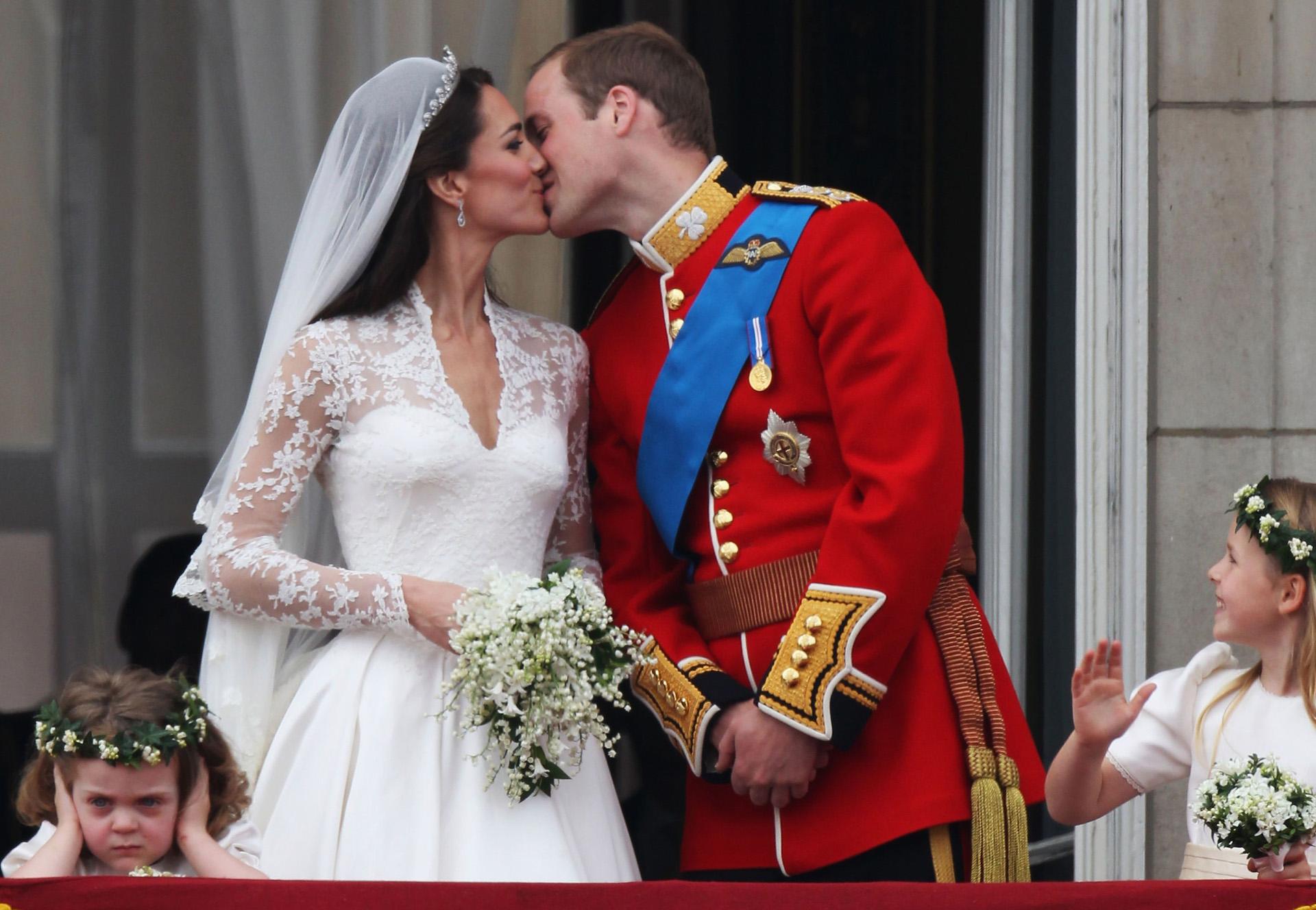 Hoàng tử William trao cho nàng công chúa thường dân Kate một nụ hôn ngọt ngào khi bước ra ban công của điện Buckingham sau lễ cưới ngày 29/4/2011. 1.900 khách đã được mời đến dự lễ cưới và khoảng 600 người được mời đến dự buổi tiệc được Nữ hoàng chủ trì. Sau 10 năm gắn bó, cặp đôi có với nhau 3 người con, Hoàng tử George (7 tuổi) và Công chúa Charlotte (6 tuổi), Hoàng tử Louis tròn lên 3 vài ngày trước.
