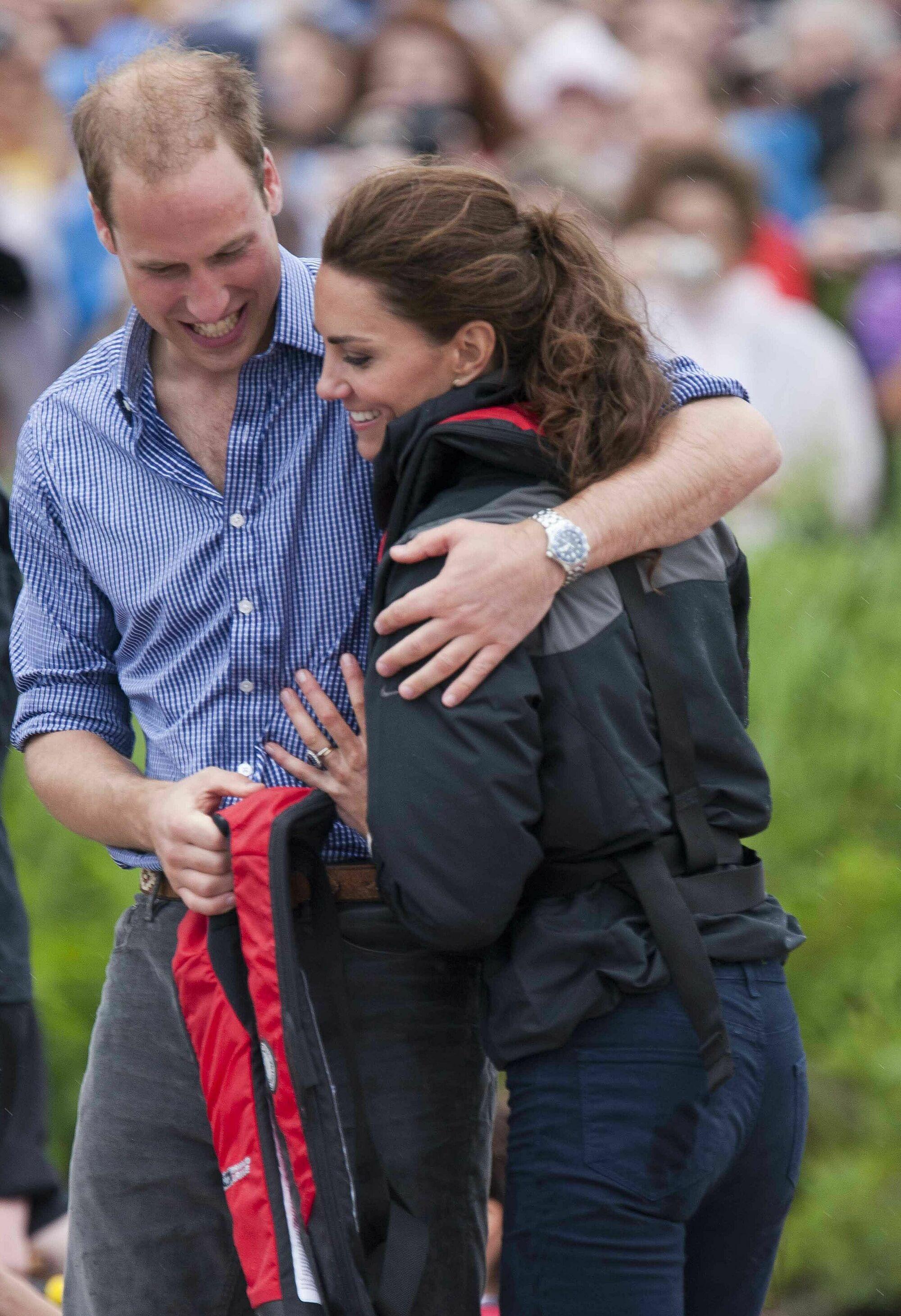 William dành cho Kate một cái ôm an ủi sau khi đánh bại cô trong cuộc đua thuyền.