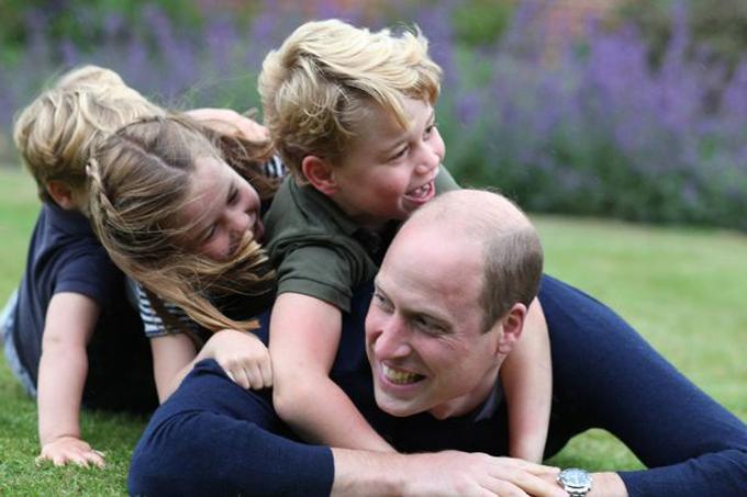 Kate chụp ảnh William cười tươi chơi đùa với ba con tại tư dinh Anmer Hall nhân dịp sinh nhật anh.