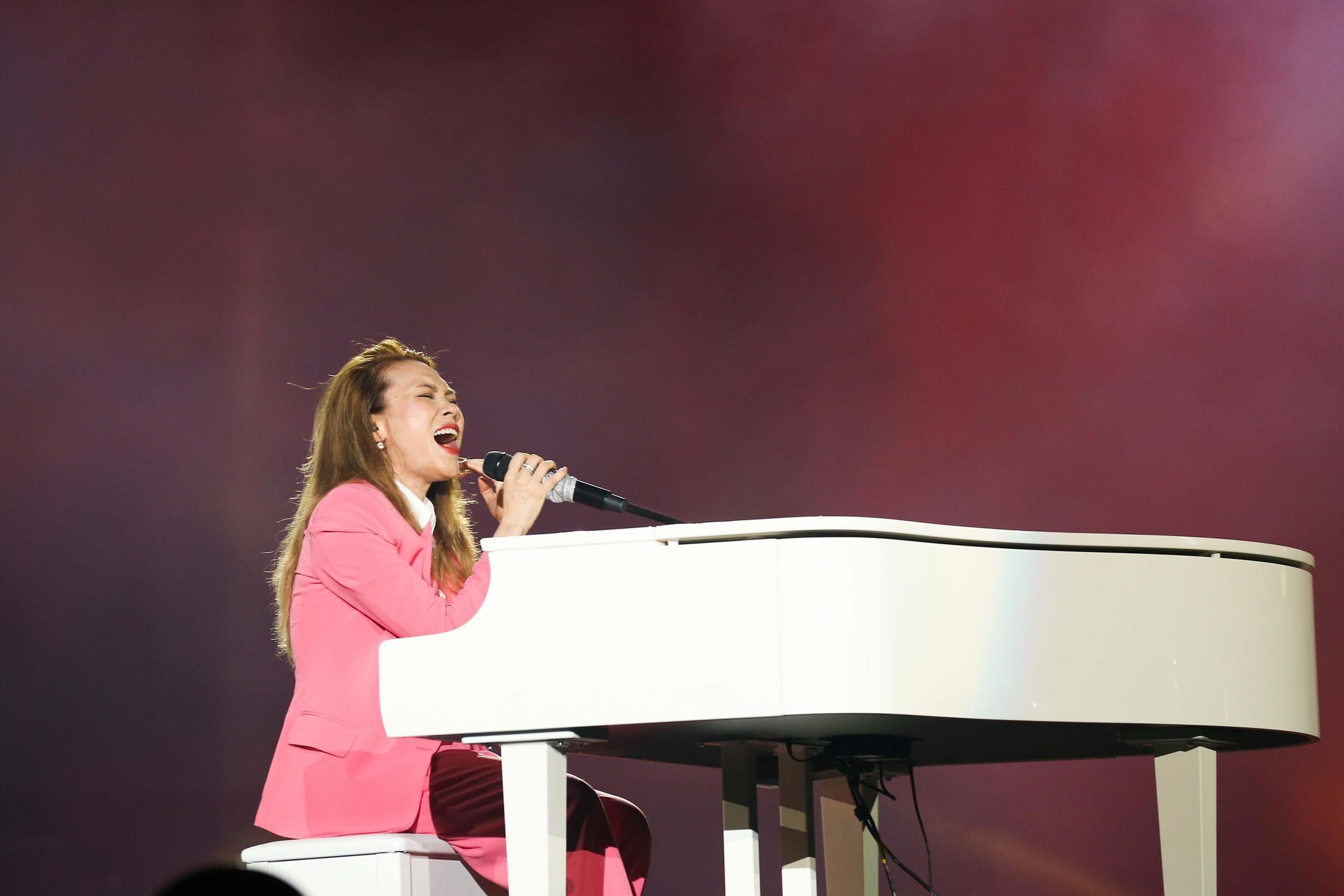 Một trong những phần biểu diễn ấn tượng - Như một giấc mơ - bên cây đàn piano.