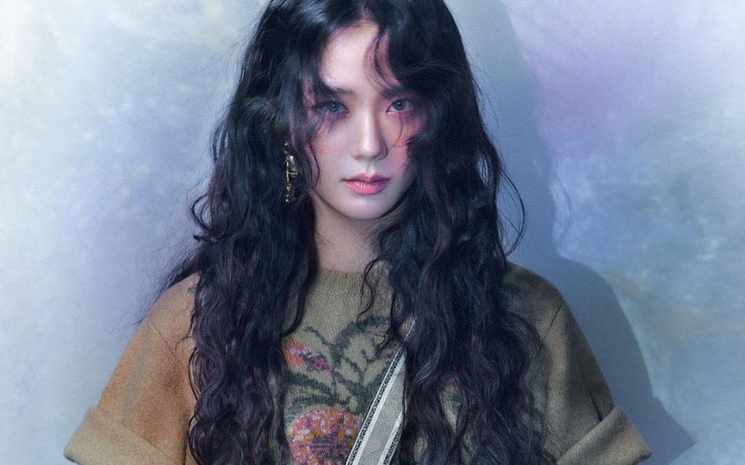 Trong bộ ảnh quảng cáo Dior, Ji Soo mang đến vẻ đẹp trưởng thành, style tóc mì tôm cùng với đôi lông mày đậm màu lạ mắt.