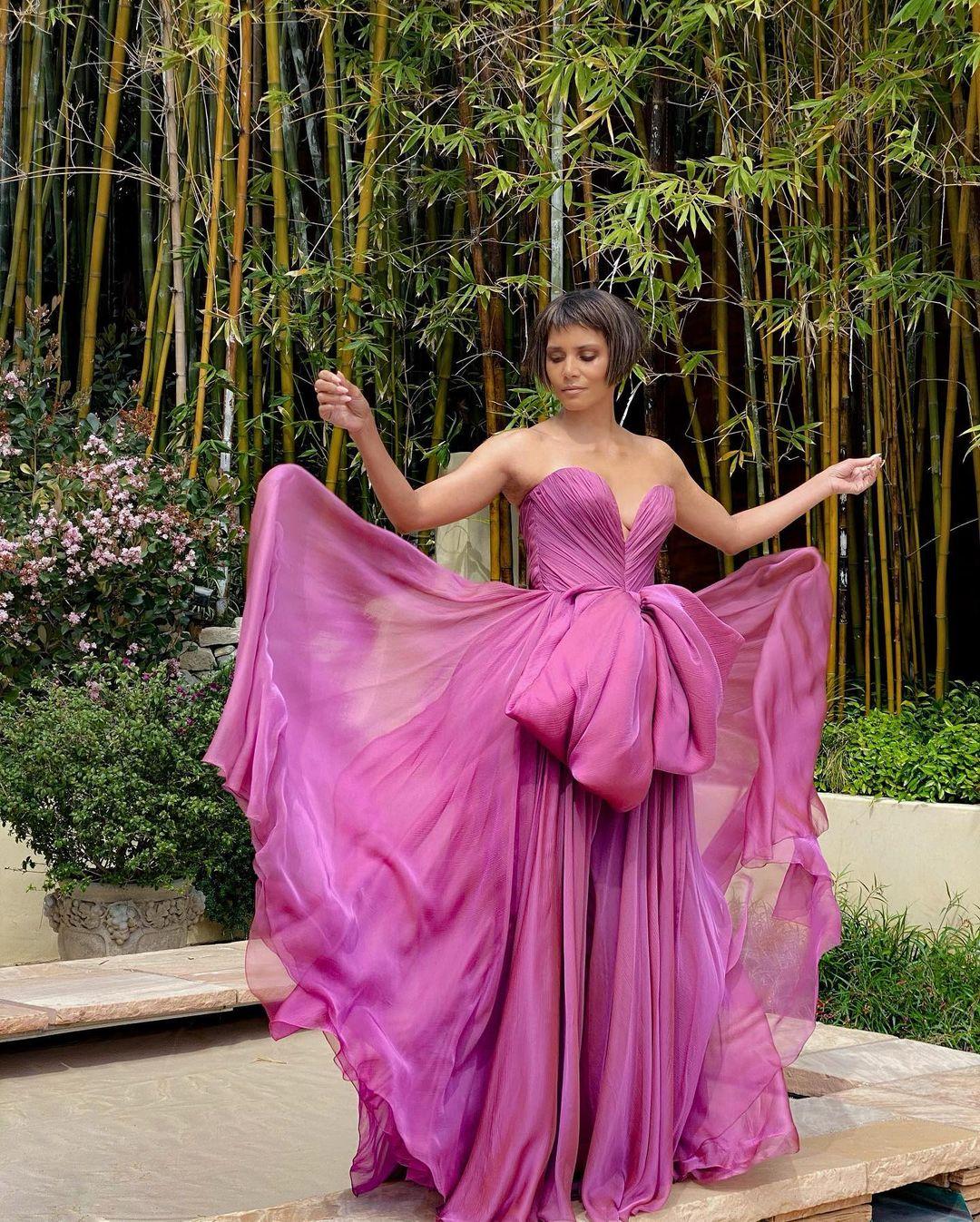 Nữ diễn viên khoe kiểu tóc trước khi ra mắt công chúng trên thảm đỏ.