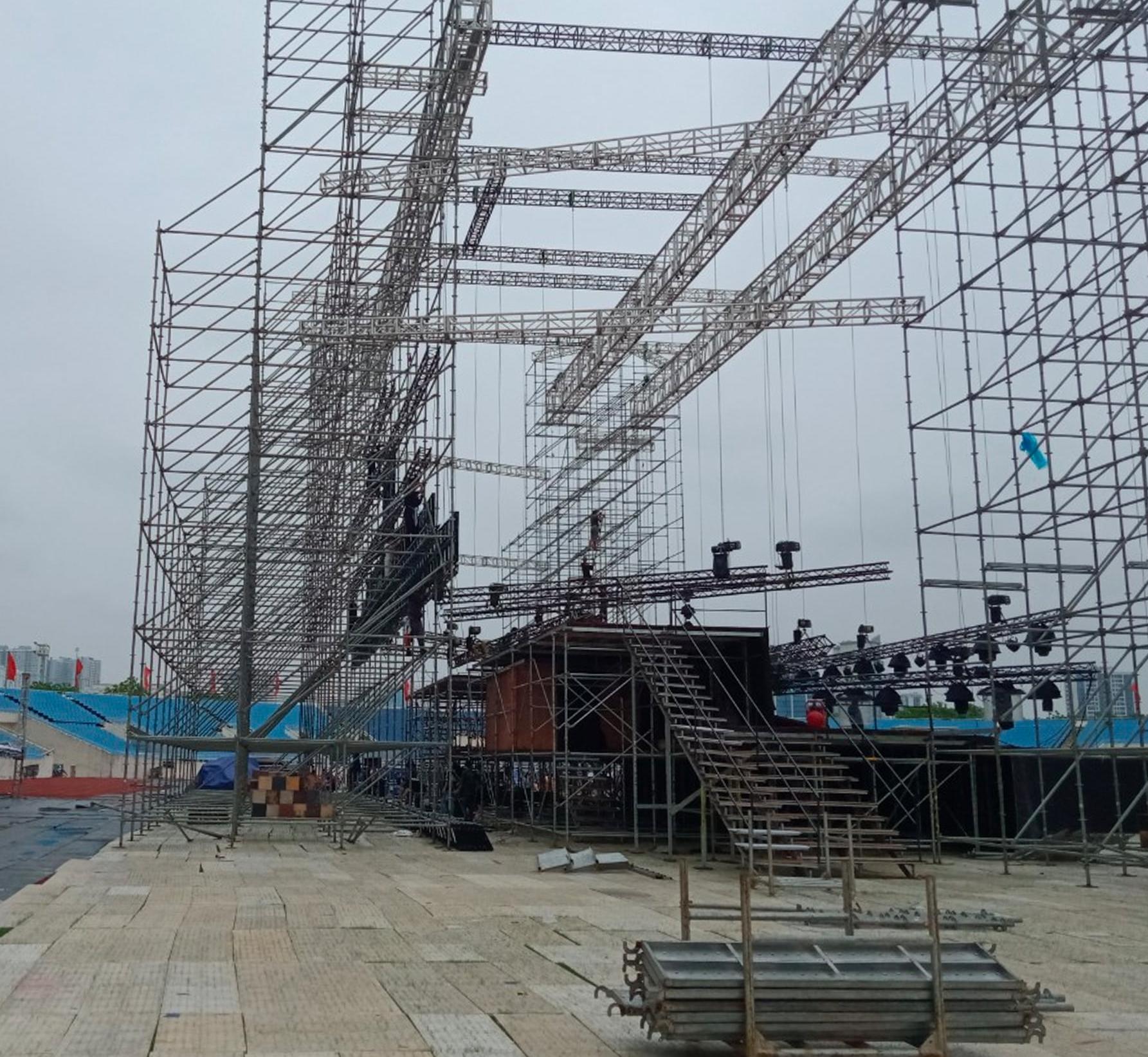 Sân khấu ở SVĐ Mỹ Định đã dựng sắp xong nhưng Mỹ Tâm vẫn phải buộc hủy liveshow.