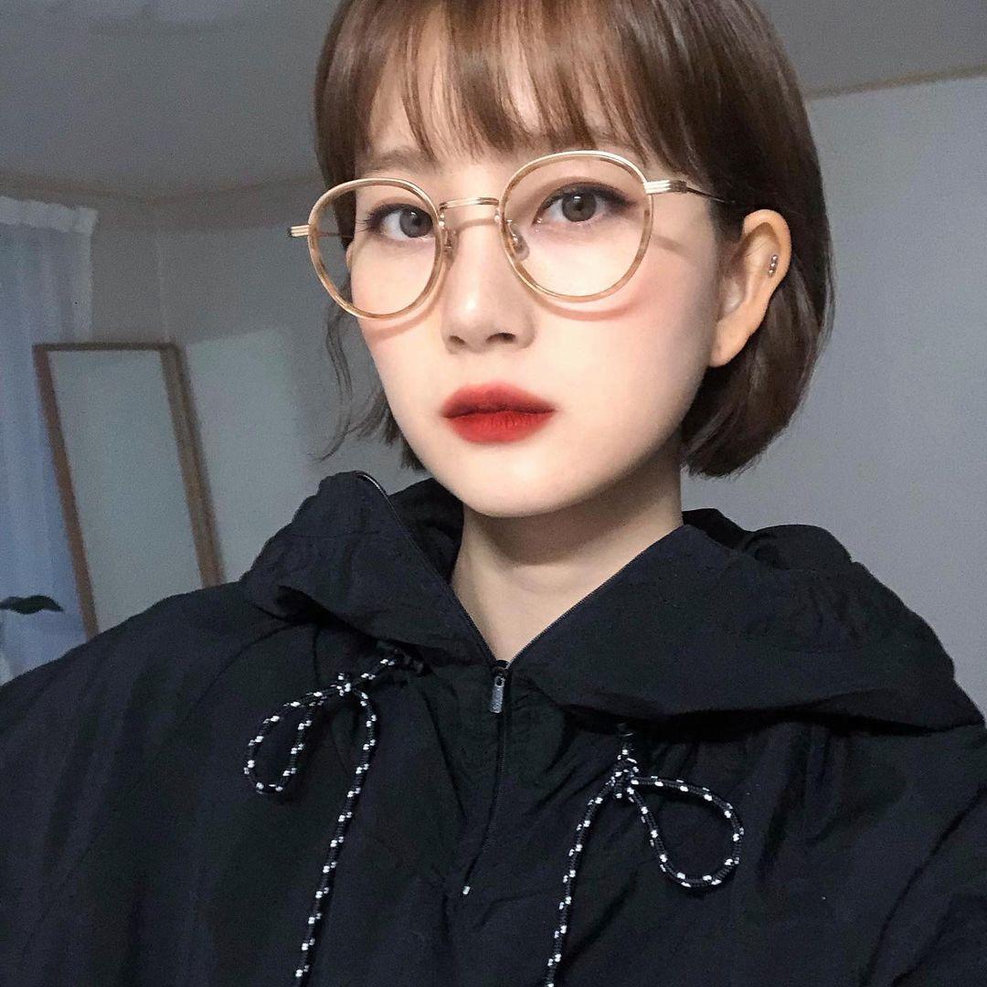 Một đôi môi tô son nổi bật cũng là cách để đeo kính không bị dừ.