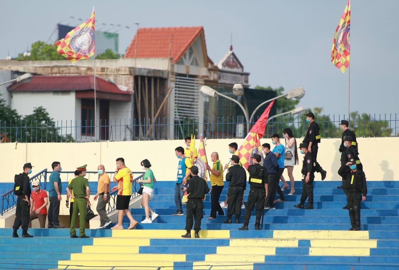 CĐV bất chấp lệnh cấm chui vào sân trận Thanh Hóa gặp HAGL