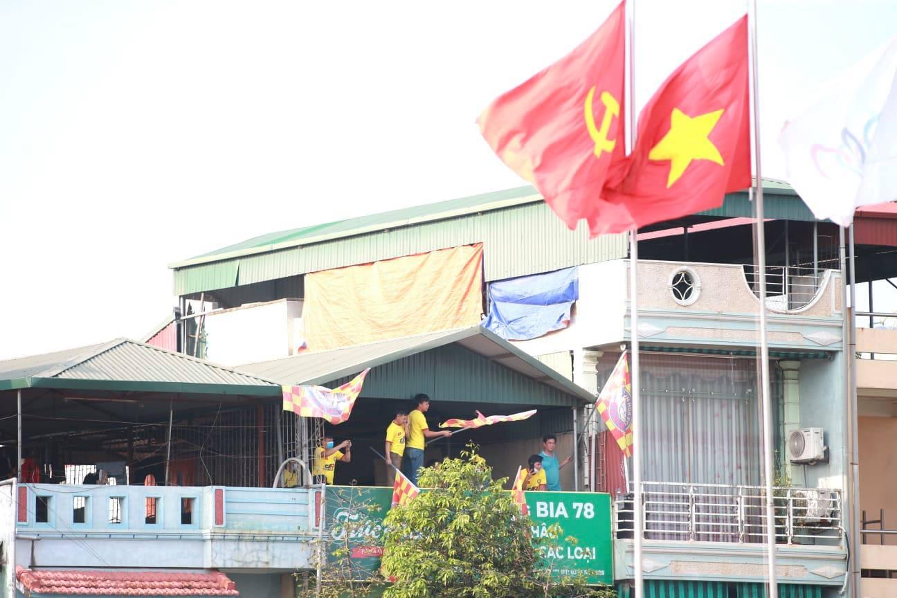 CĐV bất chấp lệnh cấm chui vào sân trận Thanh Hóa gặp HAGL - 1