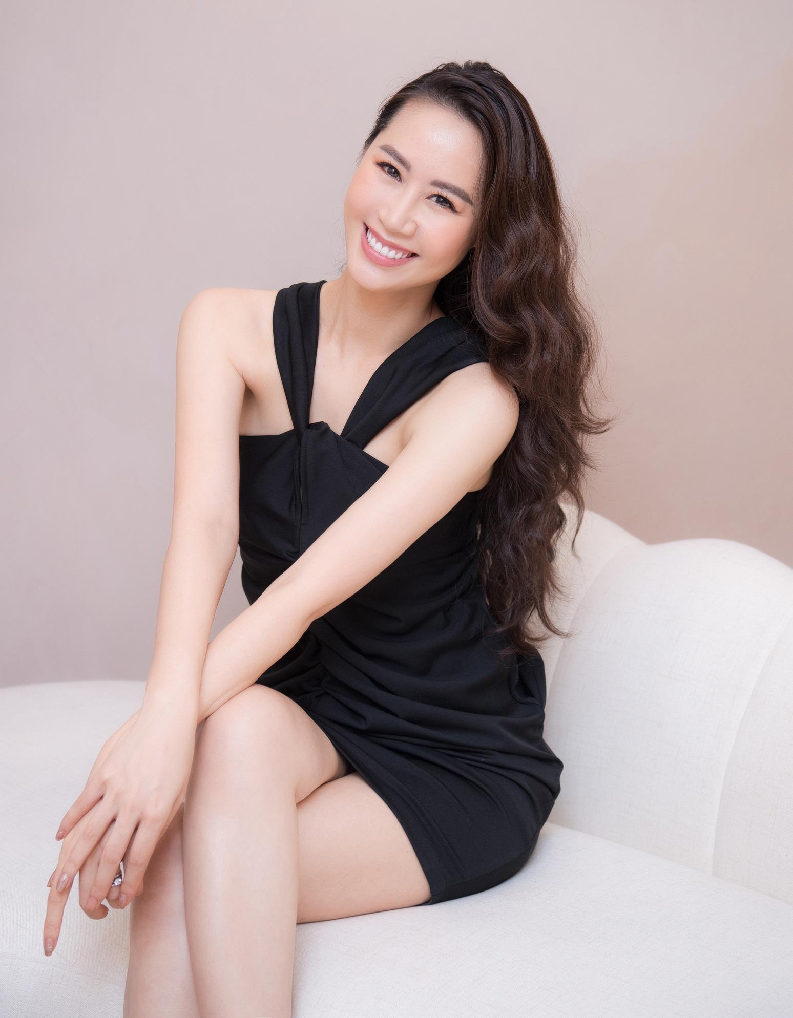 Bận rộn với công việc kinh doanh và dẫn chương trình, Hoa hậu Dương Thùy Linh vẫn góp mặt trong event để chúc mừng những người bạn thân thiết.