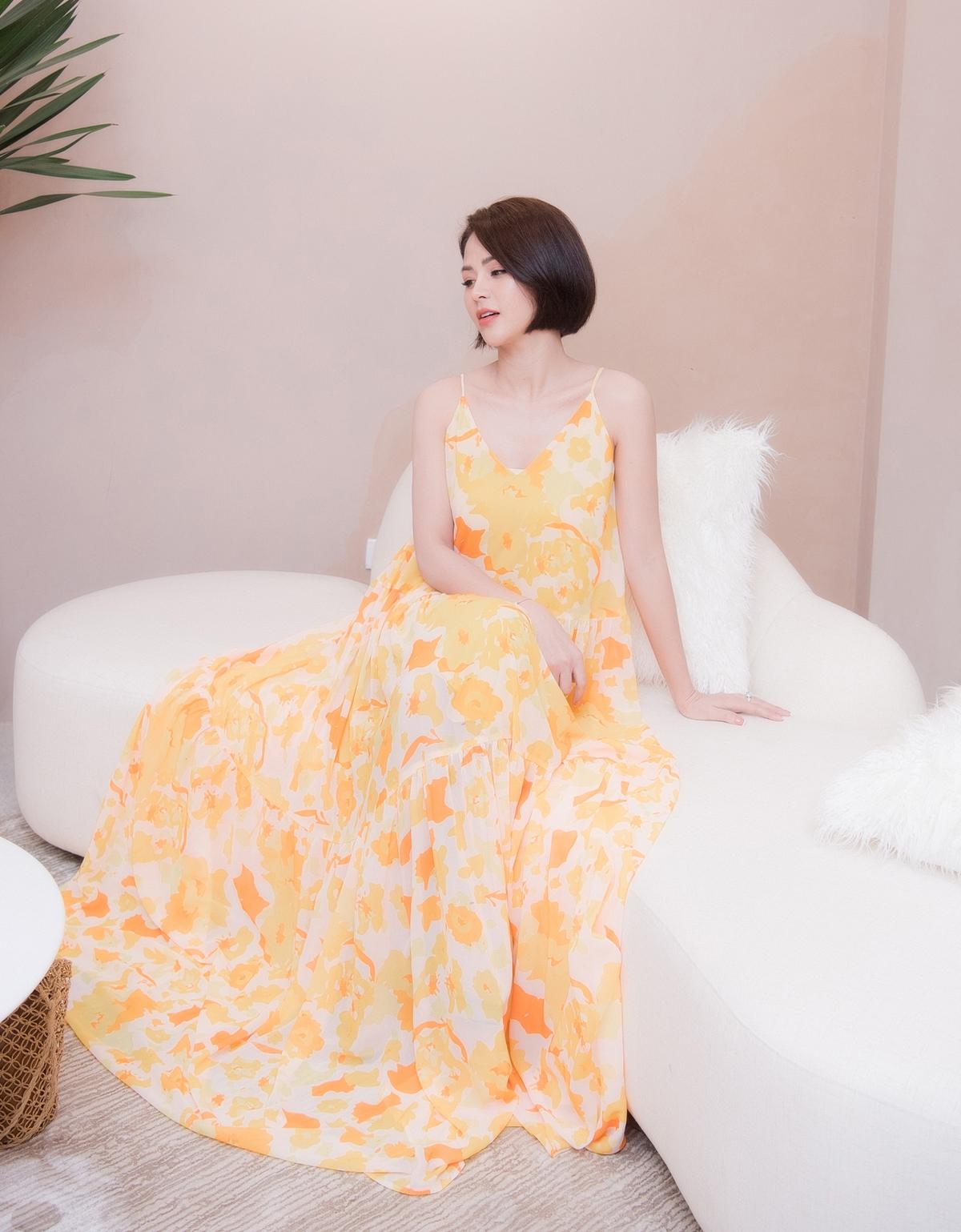 Người đẹp Hướng dương ngược nắng tỏa sáng với mẫu váy hai dây dáng maxi, màu sắc rực rỡ, nổi bật. Sau nhiều bộ phim truyền hình thành công, Lương Thu Trang ngày càng được chú ý và đắt show hơn.