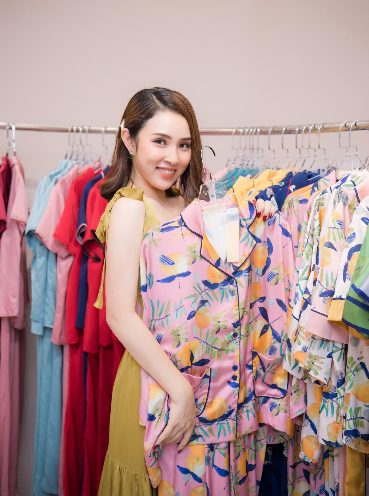 Nữ ca sĩ thích thú ướm thử những mẫu pyjama trong BST mới ra mắt của NTK Thu Yến. Cô ưng ý với các kiểu trang phục hoa lá tươi tắn, chất liệu lụa mềm mại.