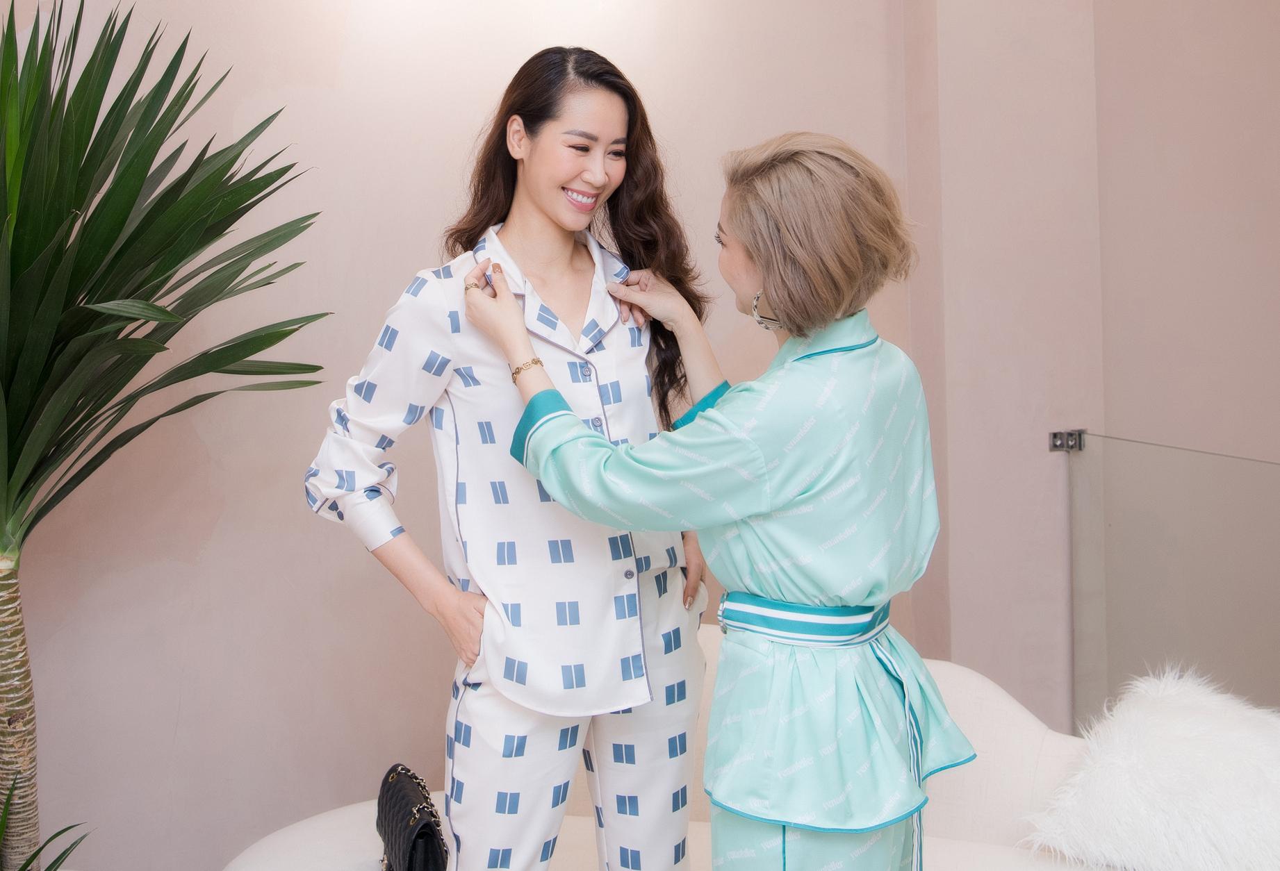 Dương Thùy Linh ướm thử một bộ pyjama tông xanh thanh lịch, nền nã.