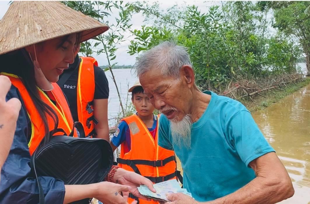 Thủy Tiên trao tiền ủng hộ bà con miền Trung đợt lũ năm 2020.