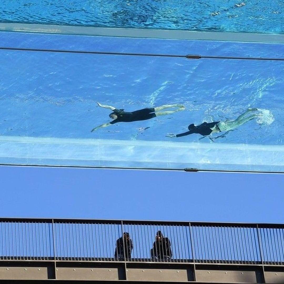 Bể bơi khai mạc chính thức vào ngày 19/5 nhưng nhiều người đã đổ xô đến chụp hình từ trước đó.
