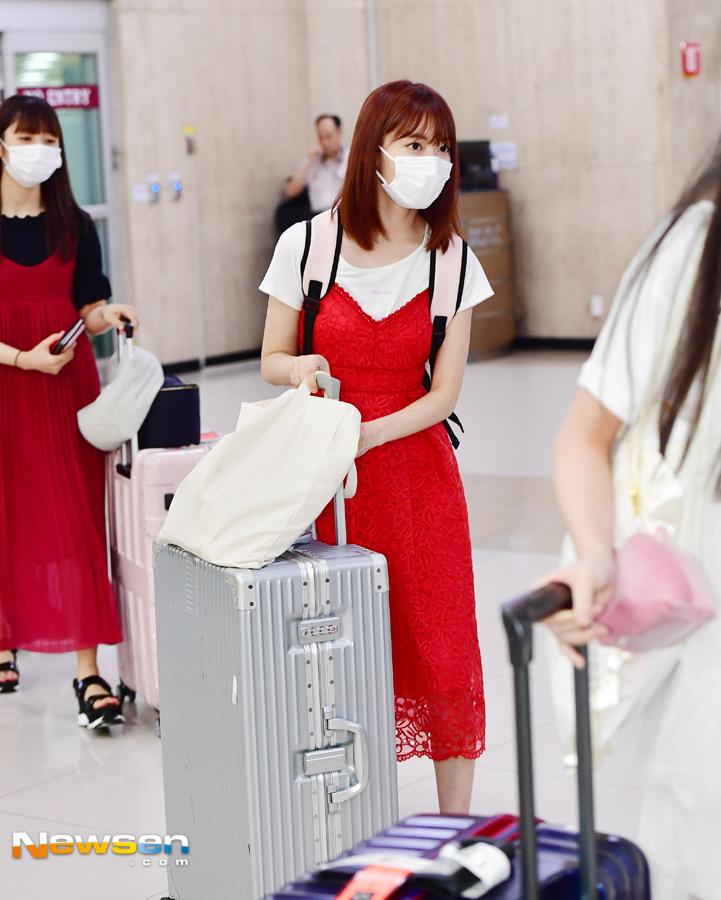 Biến đổi style của Sakura (IZONE): Từ bọc ni lông lên đời thành túi trăm triệu - 3