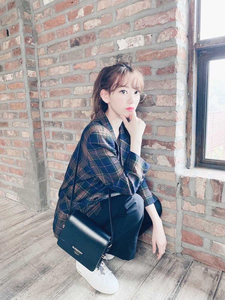 Sakura sử dụng túi Buberry có giá lên tới 31,8 triệu đồng khi chụp OOTD hàng ngày.