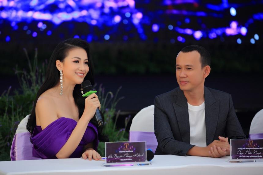 Giám khảo Phương Khánh (trái) và trưởng ban tổ chức Phúc Nguyễn.