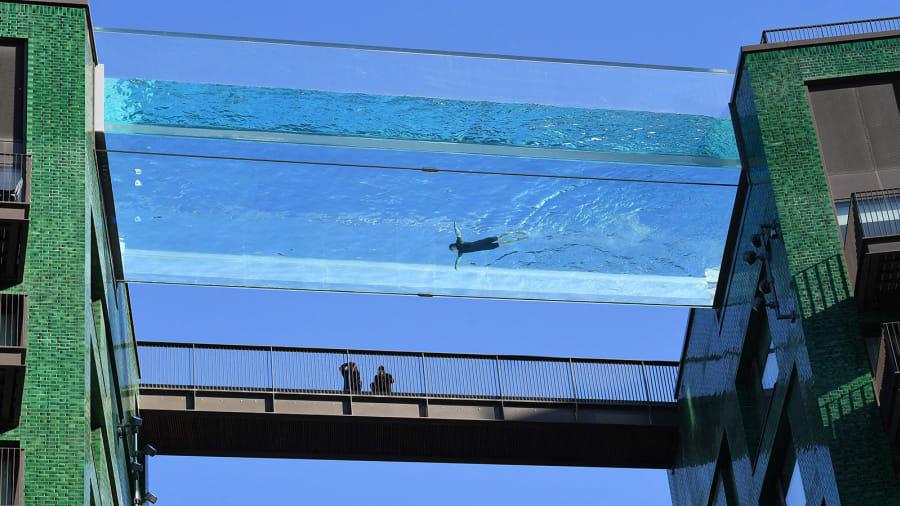 Bể bơi mang tên Sky Pool dài 25m nối giữa tầng 10 của hai toàn nhà ở khu dân cư Nine Elms, phía tây nam London. Bể bơi ở gần nam sông Thames, trông ra Tòa nhà Quốc hội, London Eye và đường chân trời London.