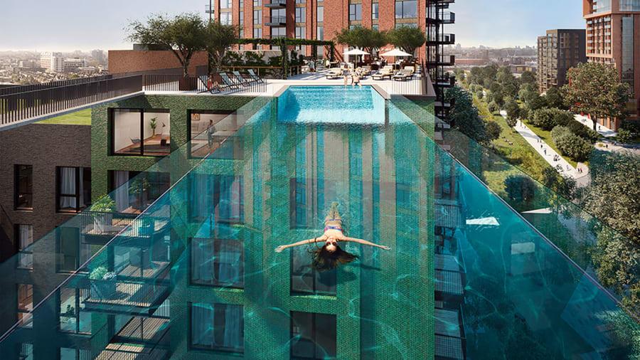 Bể bơi theo phong cách thủy cung được nâng lên vị trí hồi năm 2020 bằng một trong những cần trục di động lớn nhất thế giới sau khi vượt hành trình 7.596 km từ nơi sản xuất ở bang Colorado, Mỹ.