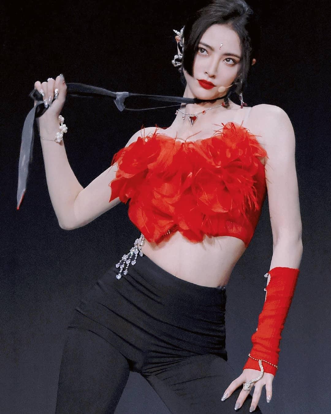 Người đẹp gây sốc viusal mỗi khi xuất hiện cùng những trang phục khoe đặc điểm hình thể quyến rũ.