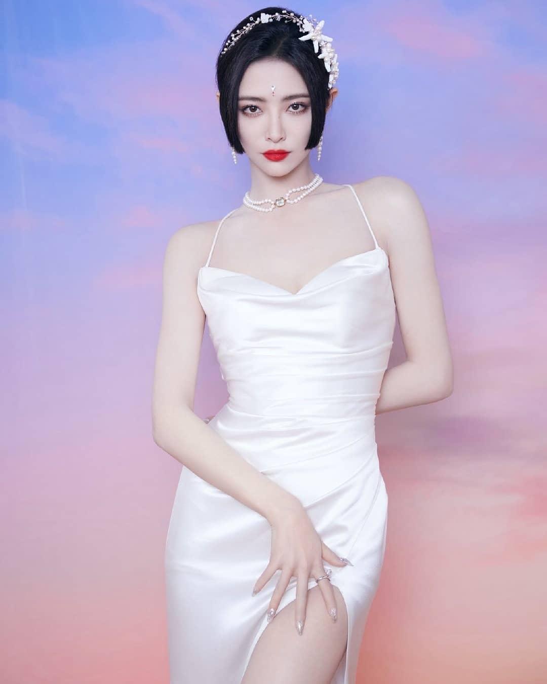 Bờ vai không mỡ thừa của nữ idol dường như sinh ra để diện những bộ váy hai dây mỏng manh.