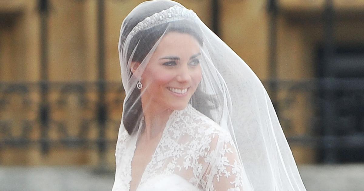 Kate rạng rỡ trong bộ váy cưới trị giá 250.000 bảng Anh (350.000 USD) của Alexander McQueen.