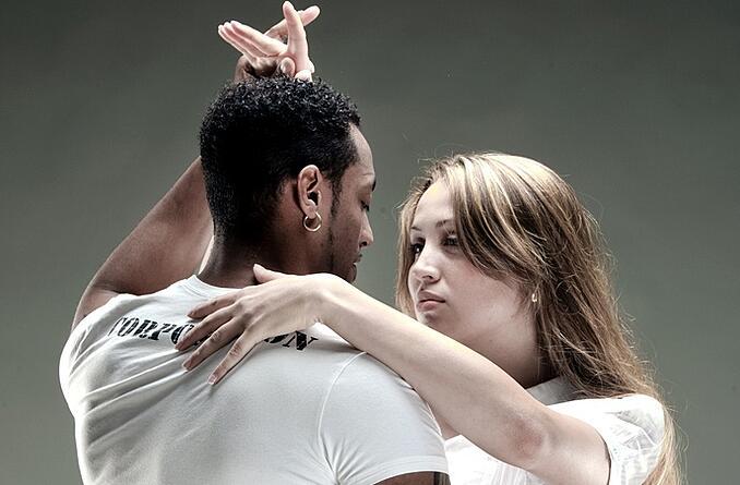 Vũ công nên luyện tập trao đổi ánh mắt trước khi trình diễn. Ảnh: Arthur Murray Dance Studios.