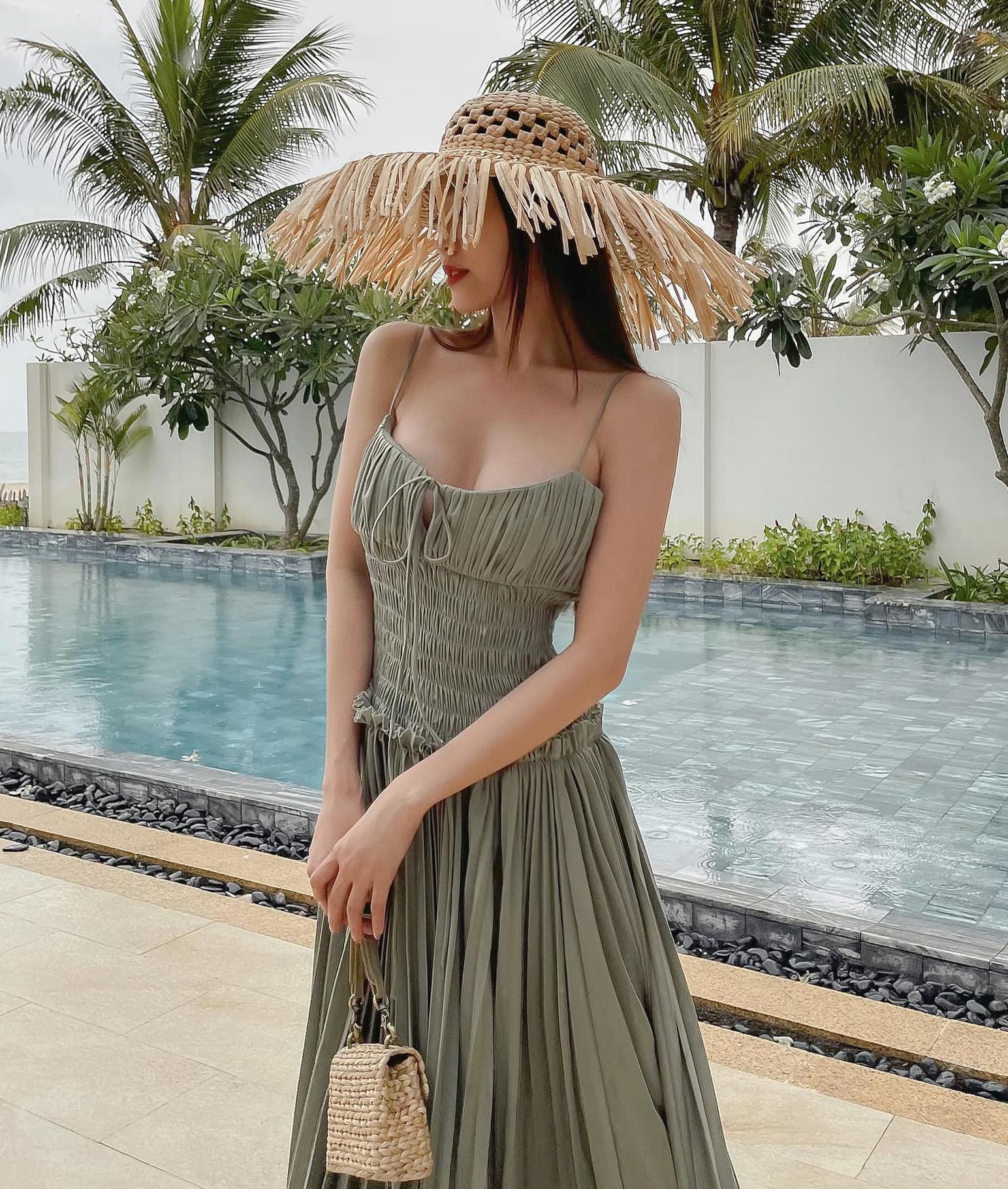 Bộ váy maxi hai dây trễ nải tôn lên bờ vai mong manh cùng vòng một sexy của Lan Ngọc. Người đẹp khéo kết hợp cùng túi, mũ cói để hoàn thiện diện mạo xinh tươi đi biển.